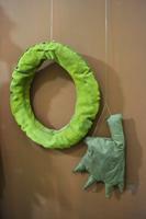 Перчатка с перепонками и спасательный круг